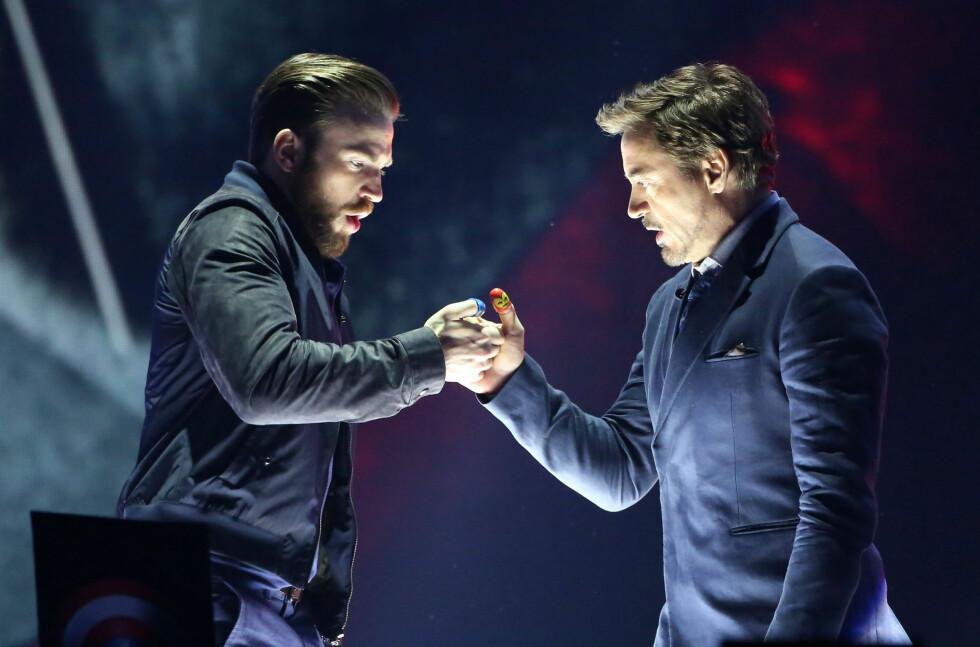 SPENNENDE: Superheltene Captain America (Chris Evans) og Iron Man (Robert Downey Jr.) konkurrerte i «stein, saks, papir» på scenen under Nickelodeon Kids' Choice Awards. Foto: NTB Scanpix