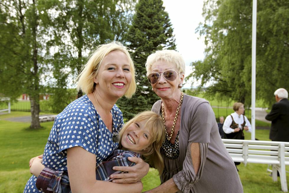 LETTE I SLEKTSHISTORIEN: I 2012 nøstet Linn Skåber sammen med Ragnhild opp i familiens historie i NRK-programmet «Hvem tror du at du er?». Her er de i programmet sammen med Linns sønn Niels. Foto: Monster Entertainment AS/NRK