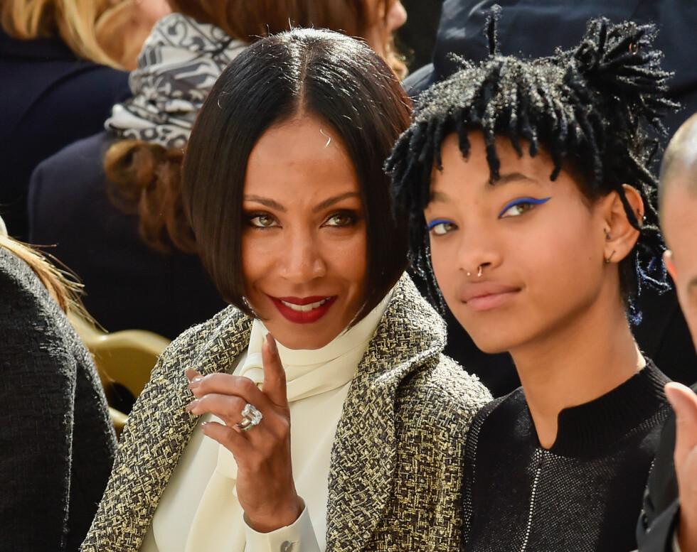 <strong>STOLT MAMMA:</strong> Jada Pinkett Smith satt ved datterens side under Chanel-visningen i Paris. Foto: Abaca