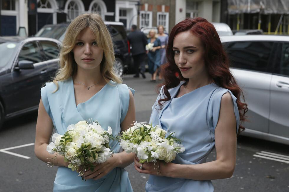 VAKRE: Jerrys døtre Georgia May Jagger (t.v) og Elizabeth Scarlet Jagger så helt fantastiske ut i de lyseblå kjolene.  Foto: Reuters