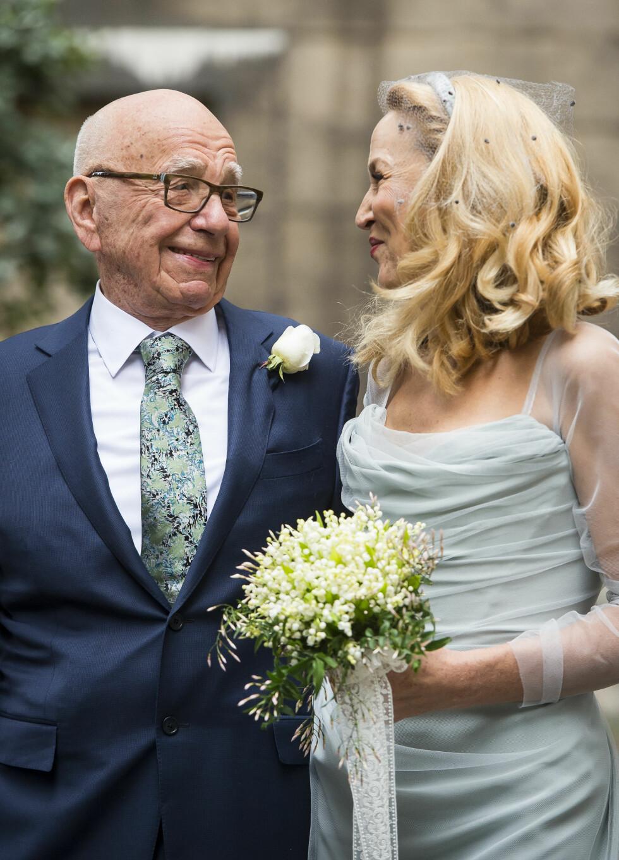 LYKKELIG GIFT: Det nygifte paret klarte ikke å ta øynene vekk fra hverandre etter de endelig hadde blitt mann og kone.  Foto: SipaUSA