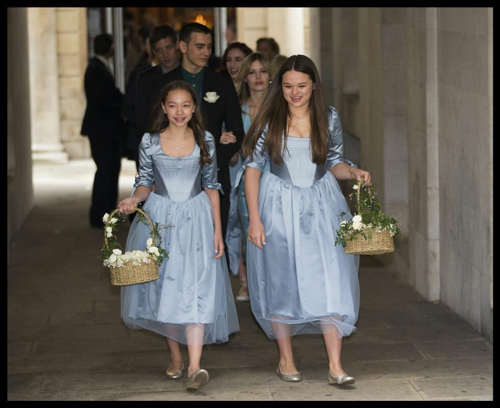 STRÅLTE: Murdochs døtre Chloe (t.v) og Grace så ut som to Disney-prinsesser i de lyseblå kjolene sine.  Foto: Polaris