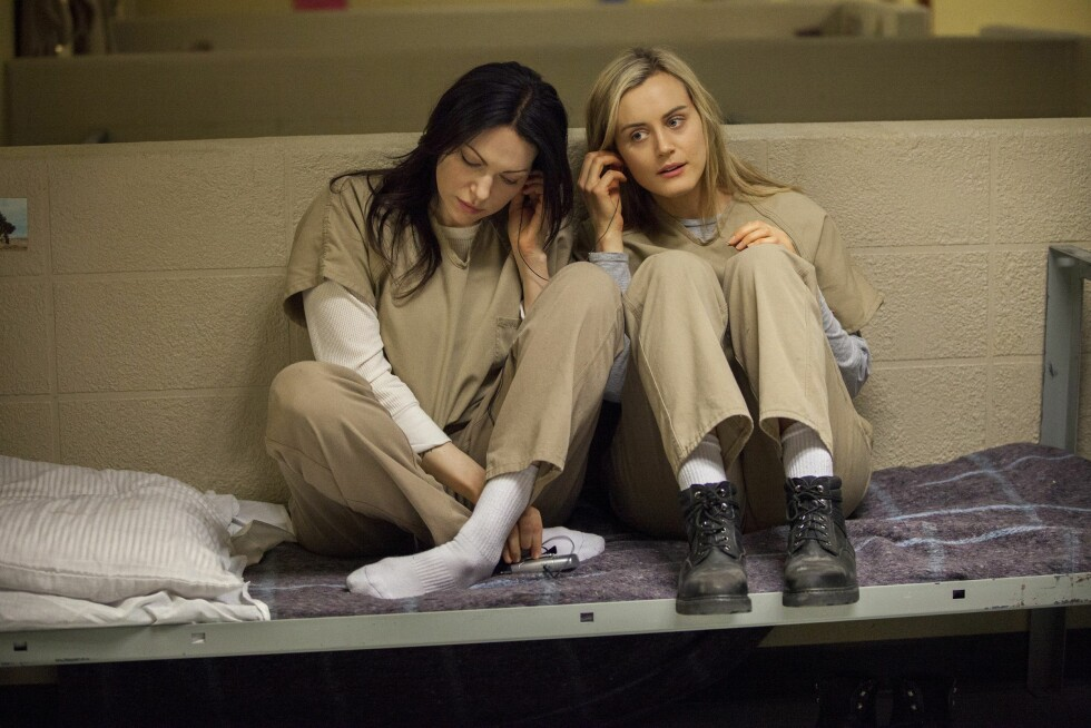 SUKSESS: Laura Prepon (t.v) spiller mot skuespiller Taylor Schilling i «Orange is the New Black». Foto: LIONSGATE / Album