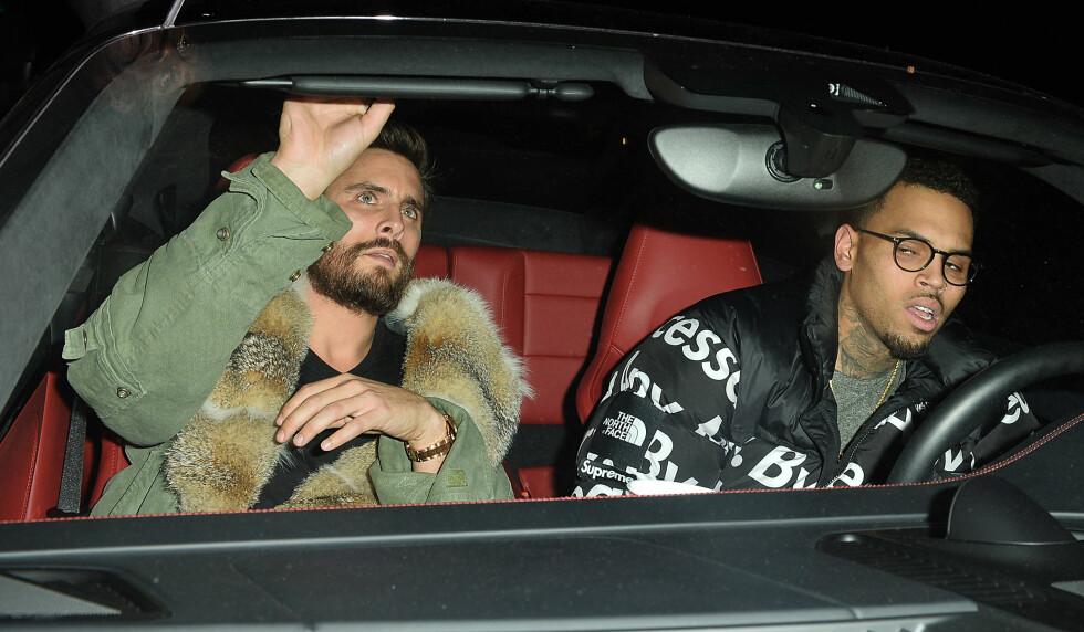 FESTER SAMMEN: Mot slutten av januar ble Scott Disick fotografert utenfor baren The Nice Guy i West Hollywood sammen med rap-stjernen Chris Brown. Begge to så noe medtatte ut. Foto: Splash News