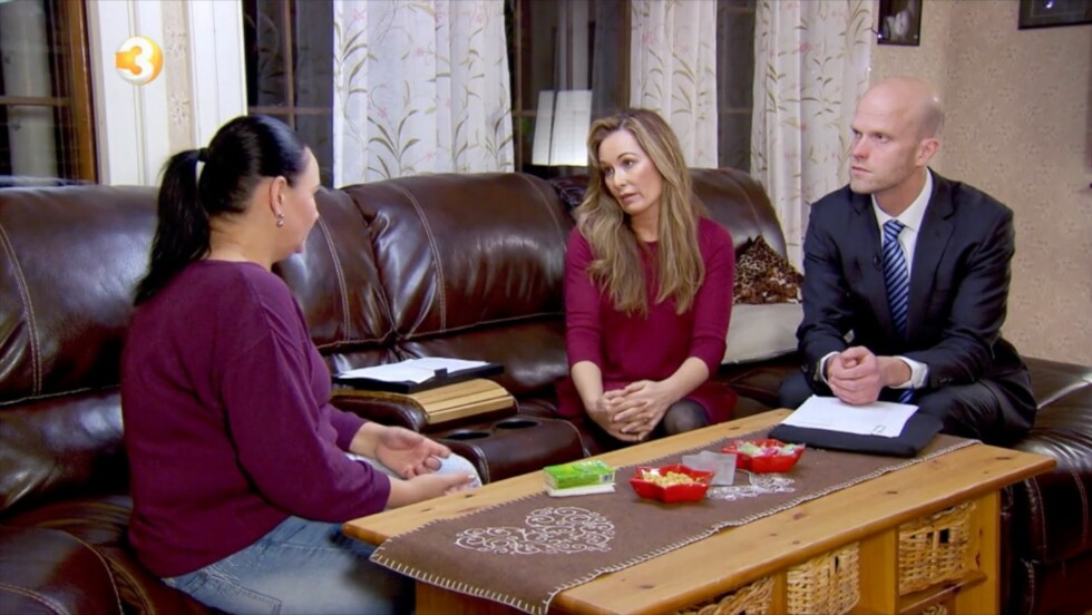 OPPGITT: Psykolog Cecilie Lynum og siviløkonom Hallgeir Kvadsheim forsøker å forstå seg på det vanvittige forbruket til trebarnsmoren Scarlet (t.v). Foto: TV3