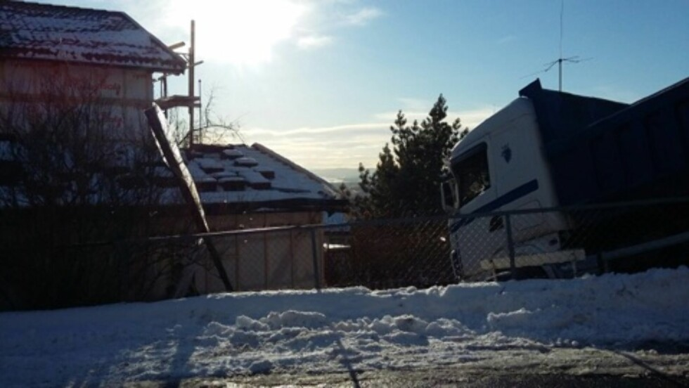 <strong>INGEN BLE SKADD:</strong> Her står låstebilen utenfor hjemmet til Morten Ramm og familien.  Foto: Se og Hør