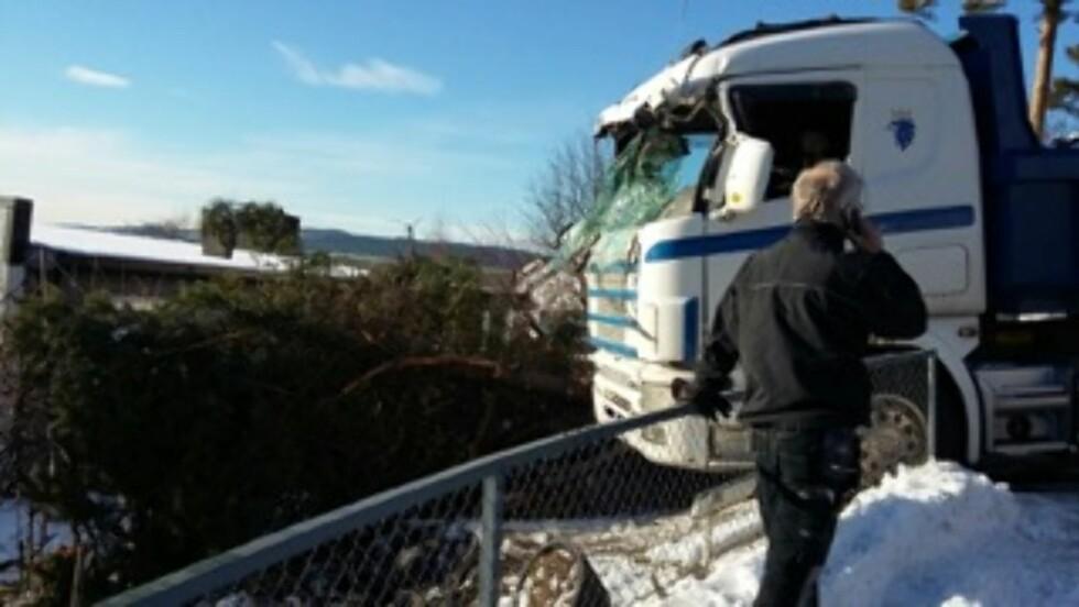 <strong>SKLED:</strong> Det var en stor lastebil som hadde hentet takstein fra huset, som begynte å skli på den bratte veien og endte inn i huset. Foto: Se og Hør