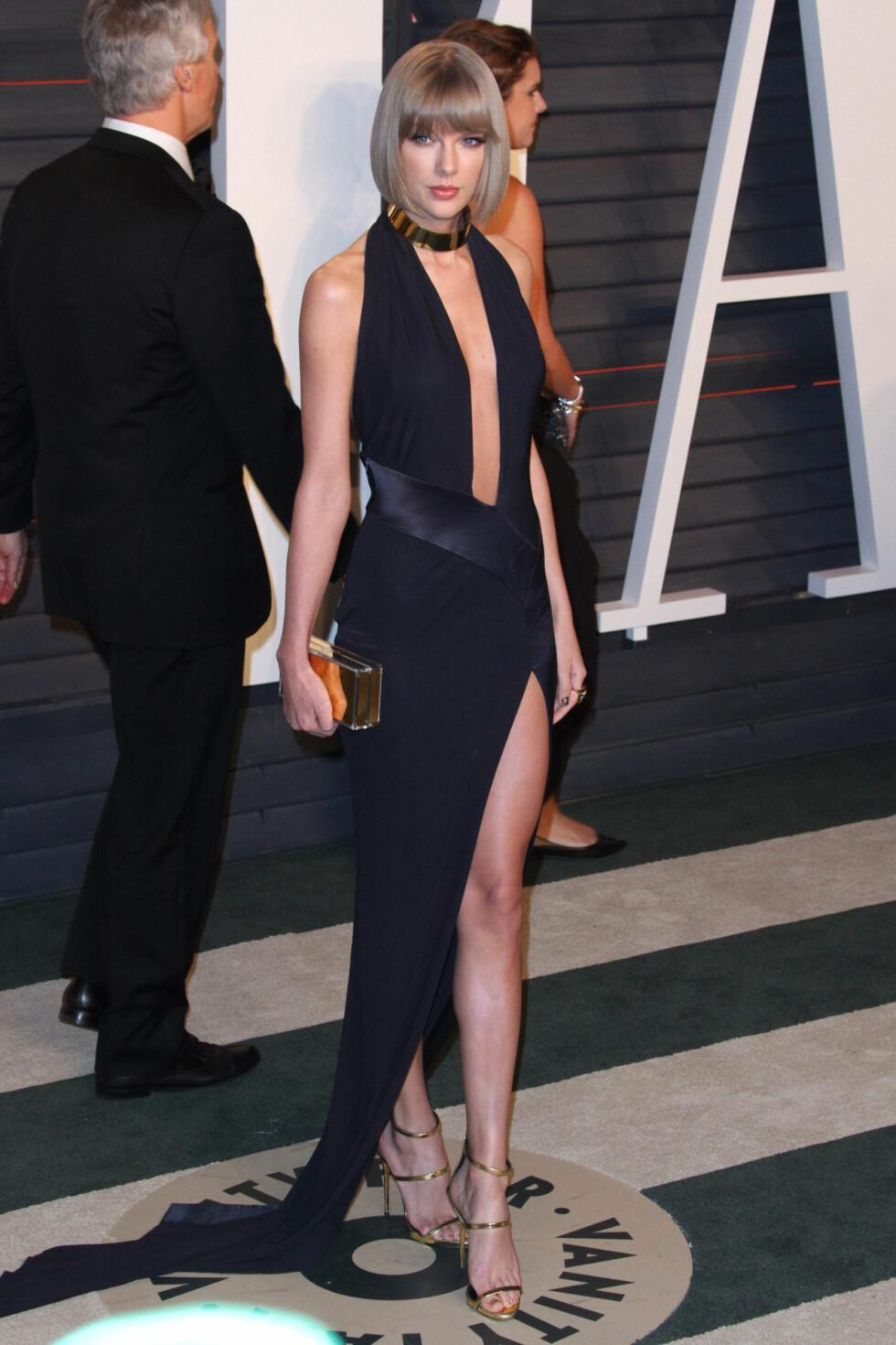 VISTE KLØFT, BEN OG RYGG: Taylor Swift valgte en sort kjole fra Alexandre Vauthier Couture.  Foto: SipaUSA
