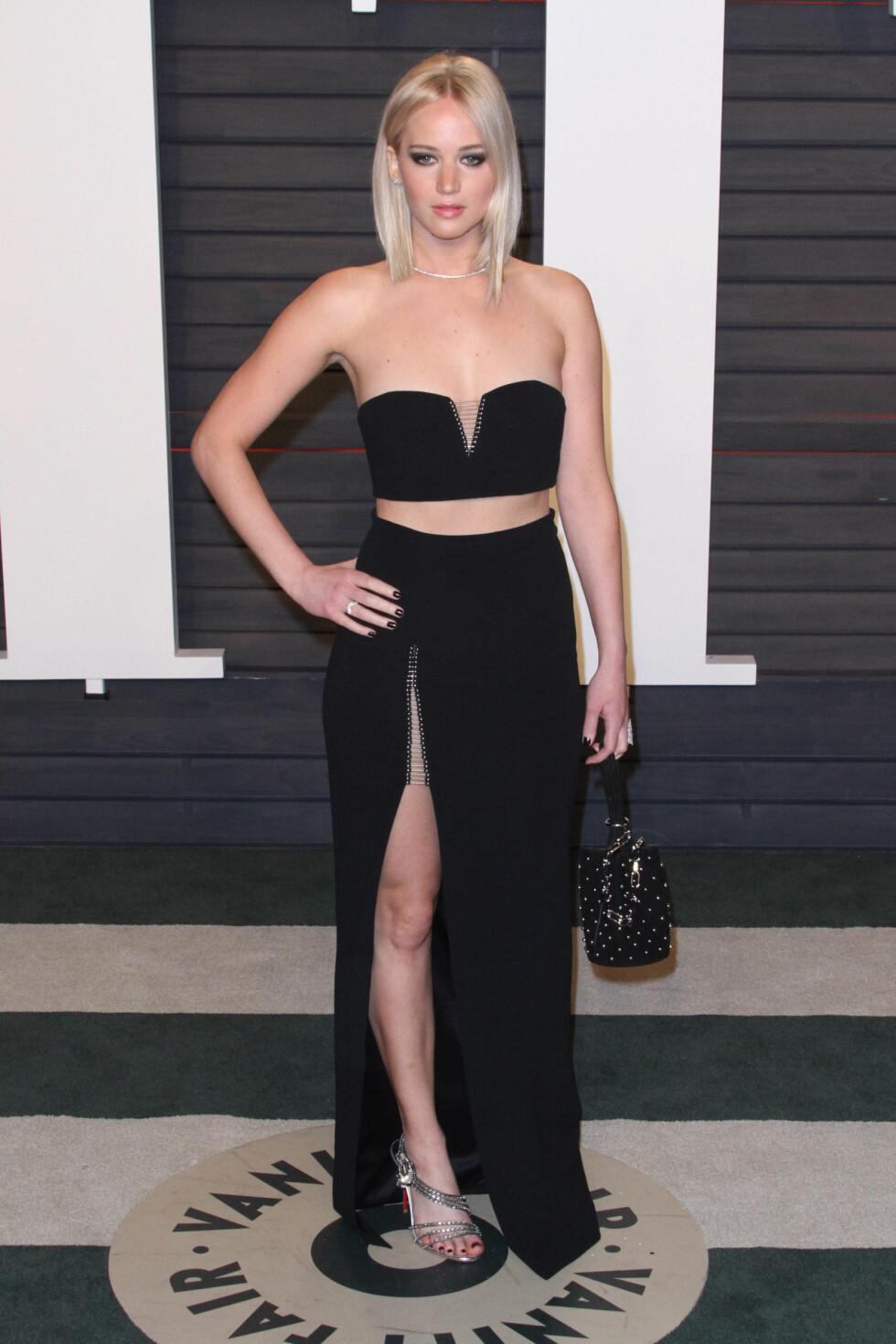 TUBETOPP: Jennifer Lawrence viste sin veltrente kropp i et sort antrekk.  Foto: SipaUSA