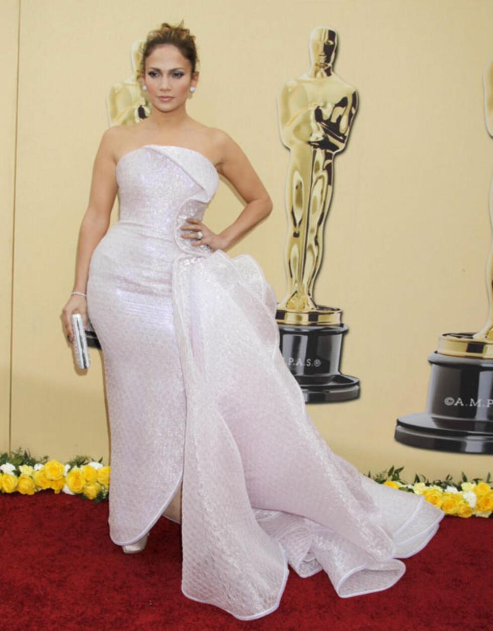 FOR MYE: Jennifer Lopez' Armani Privé-kjole ble litt i overkant for motekritikerne under Oscar-utdelingen i 2010.  Foto: All Over Press