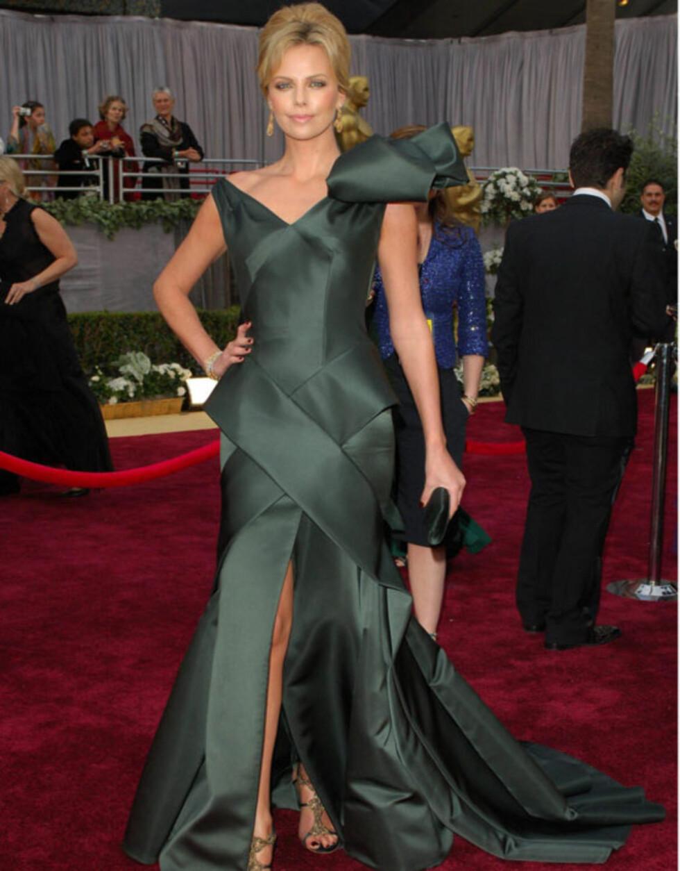 OVERLESSET: Også i 2006 sørget Charlize Therons kjolevalg for at hennes egen skjønnhet drunket i all staffasjen.    Foto: Stella Pictures