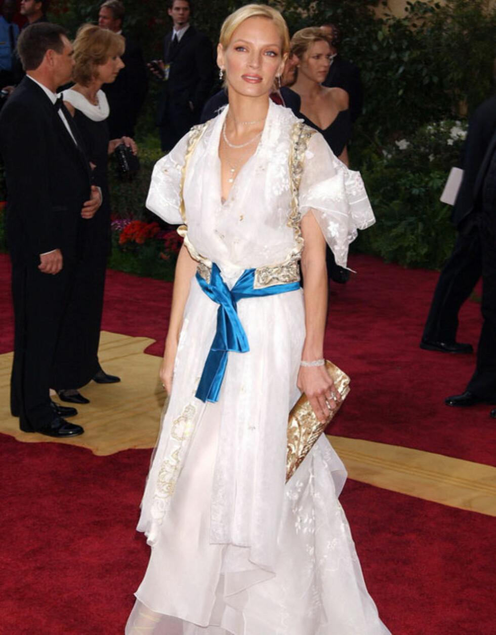 LATTERLIG: I 2004 ble Uma Thurman sammenlignet med både svenske og sveitsiske budeier eller lignende i denne Christian Lacroix-kreasjonen.  Foto: Stella Pictures