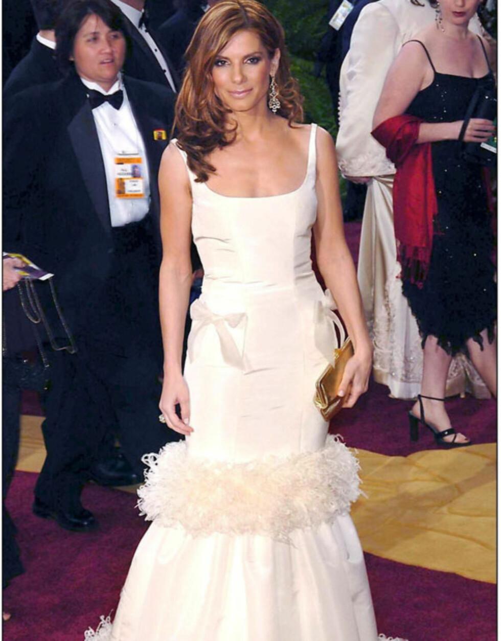 KAKE: Skuespiller Sandra Bullock lignet på en blanding av en støvkost og en bryllupskake i flere etasjer på Oscar-utdelingen i 2004...  Foto: Stella Pictures