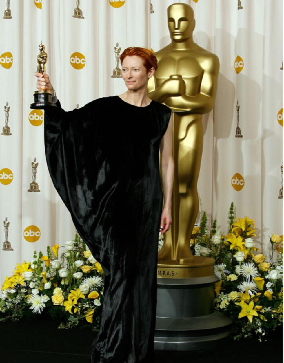 MERKELIG: Skuespiller Tilda Swinton kler seg ofte mot strømmen, men i 2008 lignet hun vel mye på en velour-flaggermus. I det minste vant hun en Oscar for beste kvinnelige birolle, for sin innsats i «Michael Clayton».  Foto: All Over Press