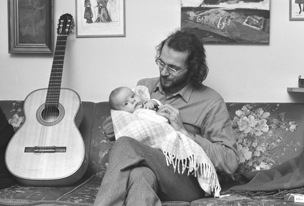STOLT PAPPA: Her er den folkekjære musikeren med sønnen Sole fra 1974.  Foto: NTB scanpix