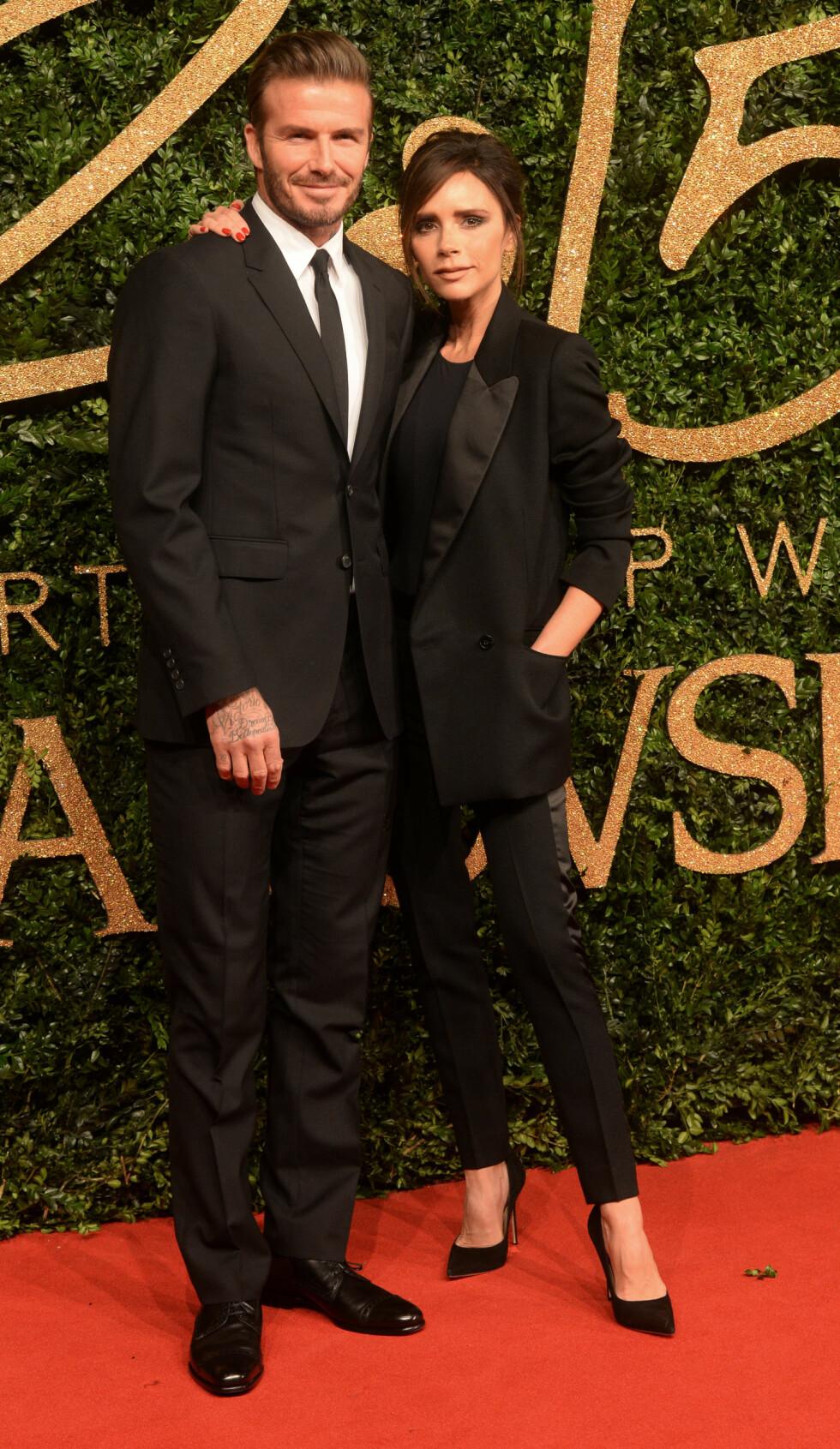 FLOTT STJERNEPAR: David Beckham og Victoria Beckham ser alltid strålende ut sammen. Her er de i matchende antrekk under British Fashion Awards i fjor.  Foto: Splash News