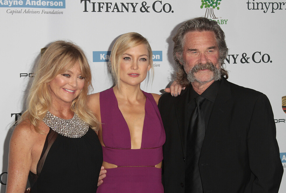GOD RESERVEPAPPA: Kate har alltid sett på stefaren Kurt Rusell som den ordentlige pappaen sin. Moren Goldie Hawn står til venstre. Foto: SipaUSA
