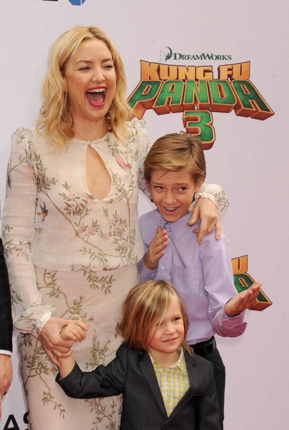 TOBARNSMOR: Selv har Kate Hudson to sønner; Ryder og Bingham (foran). Her er de sammen på premieren til «Kung Fu Panda 3» sist måned. Foto: Broadimage