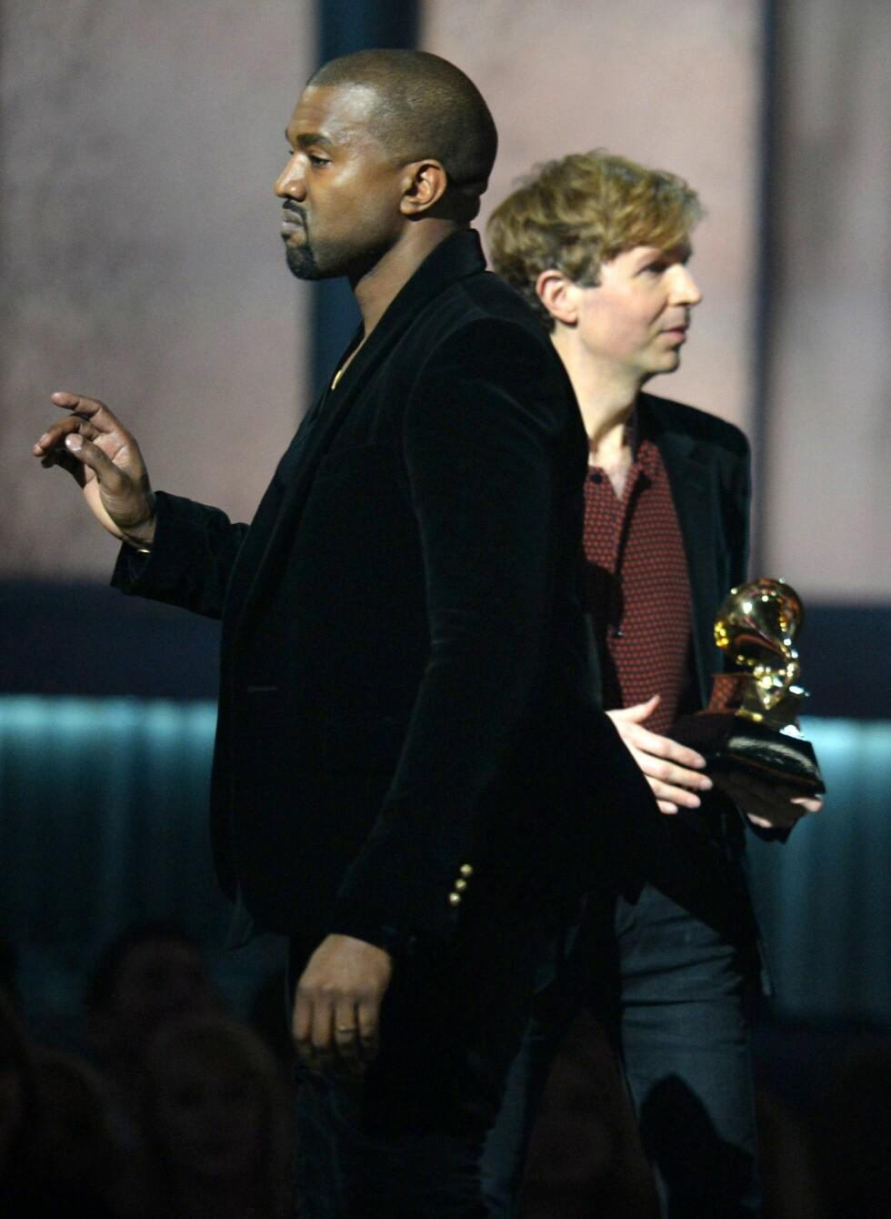 <strong>SUR:</strong> Kanye West stormet opp på scenen i protest da Beck vant prisen for årets album under fjorårets prisutdeling.  Foto: Afp