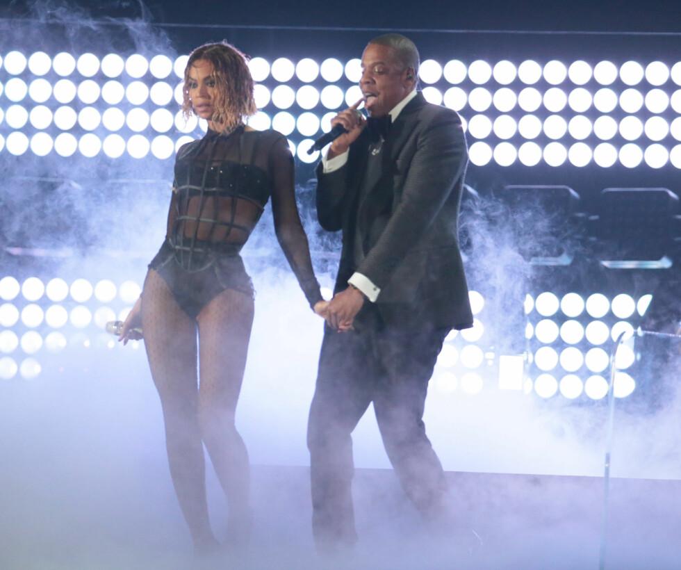 <strong>FREKK OPPTREDEN:</strong> Jay-Z og Beyonces frekke opptreden under Grammy i 2014 fikk noen foreldre til å sette kaffen i halsen. Pop-ekteparet gjorde en meget intim fremførelse av Beyonces «Drunk in Love». TV-kanalen fikk i ettertid en mengde klager fra seere som mente opptredenen var upassende og at Beyonce «kledde seg som en prostituert».  Foto: Polaris