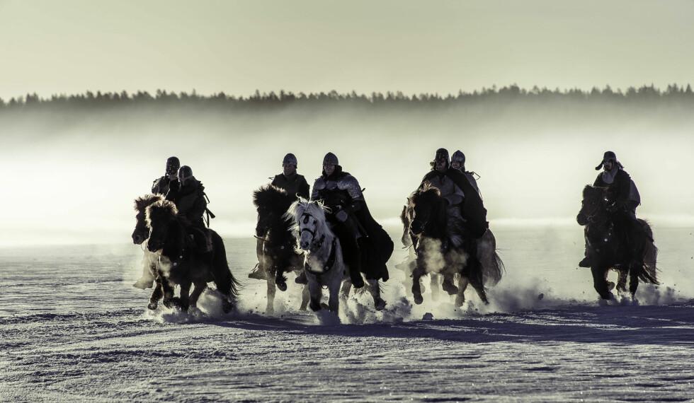 TIL HEST: Skuespillerne ble flere ganger kastet av hesteryggen under innspillingen.  Foto: Ian Brodie/Paradox Film