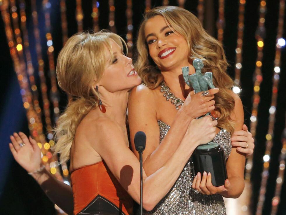 GODE KOLLEGER: Julie Bowen og Sofia Vergara har blitt gode venninner etter at de begge fikk roller i TV-serien «Modern Family» Her er de sammen på scenen under Screen Actors Guild Awards i  Los Angeles i 2014. Foto: Reuters