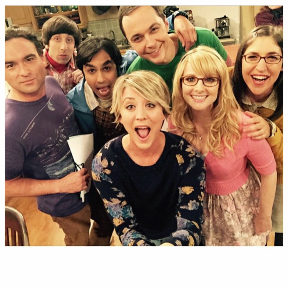 TV-STJERNE: Mayim Bialik (t.v.) sammen med kollegene i The Big Bang Theory: (f.v.): Johnny Galecki, Simon Helberg, Kunal Nayyar, Jim Parsons, Kaley Cuoco og Melissa Rauch.  KALEY CUOCO, JIM PARSONS, JOHNNY GALECKI, SIMON HELBERG, KUNAL NAYYAR, MAYIM BIALIK AND MELISSA RAUCH FROM THE BIG BANG THEORY SEEN IN THIS CELEBRITY TWITTER PICTURE POSTED VIA INSTAGRAM!  BYLINE MUST READ: SUPPLIED BY XPOSUREPHOTOS.COM  *Xposure Photos does not claim any Copyright or License in the attached material. Any downloading fees charged by Xposure are for Xposure's services only, and do not, nor are they intended to, convey to the user any Copyright or License in the material. By publishing this material , the user expressly agrees to indemnify and to hold Xposure harmless from any claims, demands, or causes of action arising out of or connected in any way with user's publication of the material*  **UK CLIENTS MUST CALL PRIOR TO TV OR ONLINE USAGE PLEASE TELEPHONE  +44 208 344 2007** Foto: Xposure