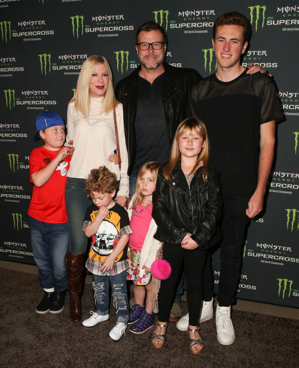 STOR FAMILIE: Tori Spelling og Dean McDermott med barna (f.v.:) Liam, Finn, Hattie, Stella og Deans sønn Jack. Foto: Splash News