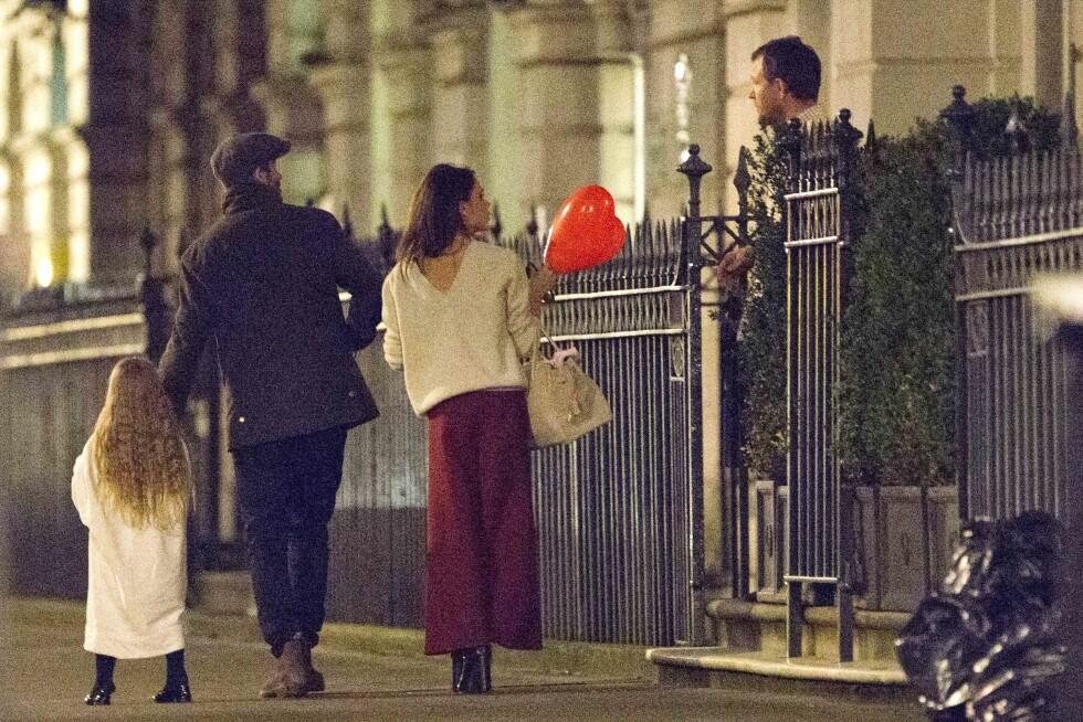 KJENDISVENNER: Stjerneparet vinket farvel til deres gode venn Guy Ritchie etter å ha besøkt ham i hans hjem i London.  Foto: Splash News
