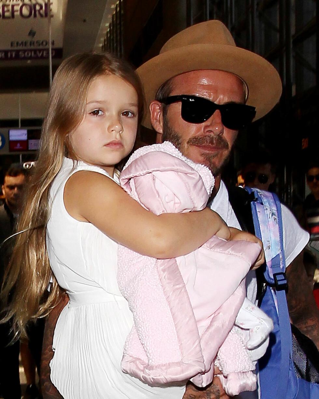 PAPPAS STJERNE: David Beckham nekter å la vesle Harper klippe sitt lange hår. Her er duoen sammen på flyplassen i Los Angeles.  Foto: Splash News