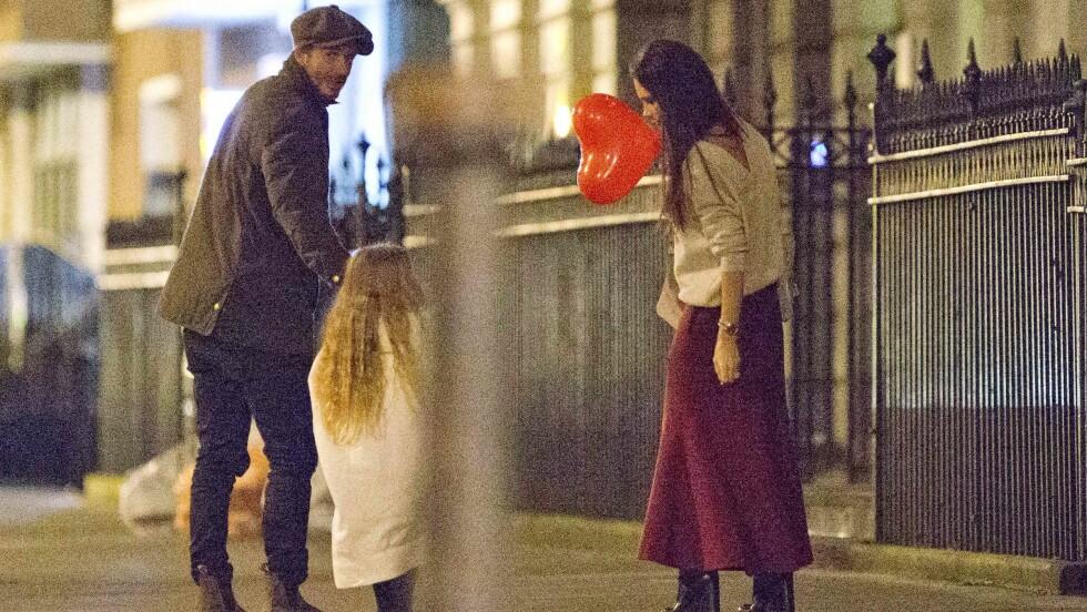 SØT GAVE: David og Victoria Beckham overrasket vesle Harper med en hjerteformet ballong. Foto: Splash News