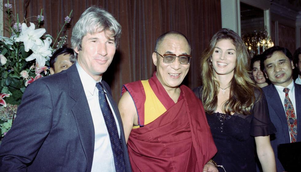 <strong>BLE BUDDHIST:</strong> Richard Gere fattet interesse for buddhismen allerede i 20-årene. Her med Dalai Lama og sin daværende kone, Cindy Crawford, i 1993. Foto: AP/ NTB scanpix