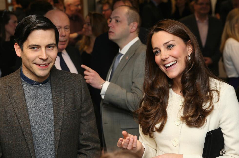 STJERNEMØTE: Hertuginne Kate stråler sammen med skuespiller Robert James-Collier (Thomas Barrow) under besøket på Ealing Studios i London. Foto: Pa Photos