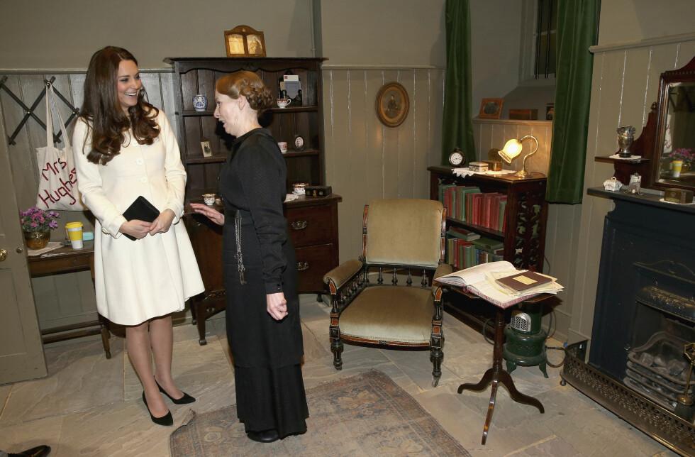 MUNTER SAMTALE: Hertuginne Kate snakker med skuespiller Phyllis Logan (Mrs. Hughes) på «Downton Abbey»-settet i mars 2015. Foto: Reuters