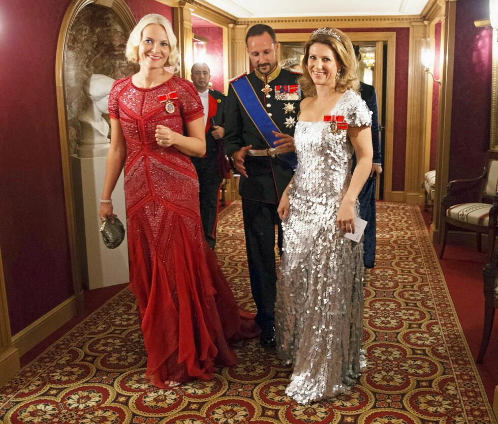 SE SÅ FLOTTE: Kronprinsesse Mette-Marit, kronprins Haakon og prinsesse Märtha på vei til gallamiddagen i forbindelse med bryllupet i Luxembourg. Mette i økologisk nedbrytbar kjole. Foto: All Over Press