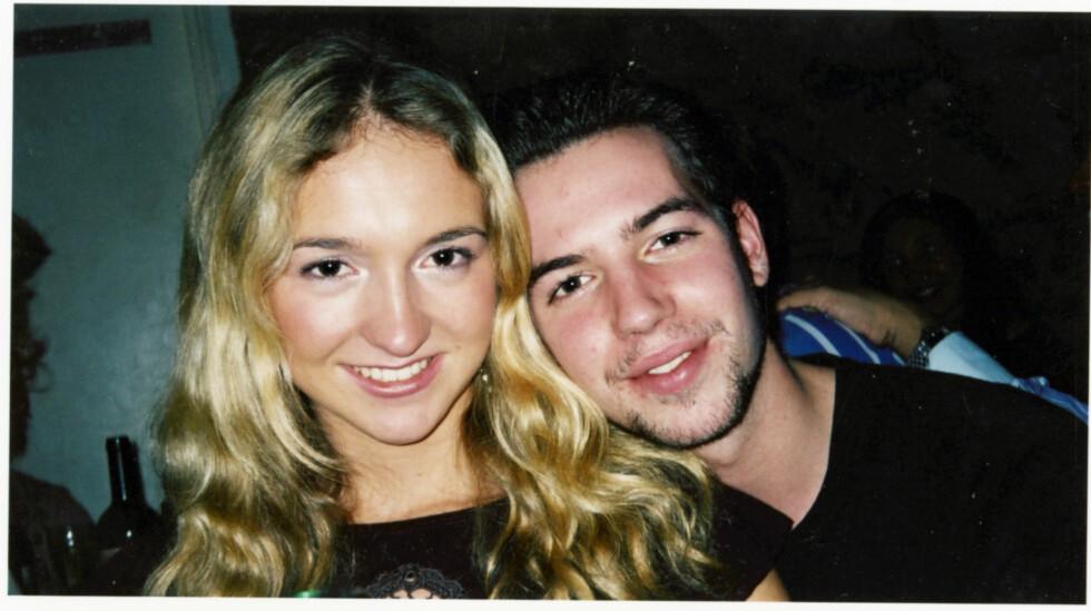 KOSESTUND: Pia og Guillaume deler et privat øyeblikk i hans leilighet i Durham i England høsten 2002. Foto: Privat