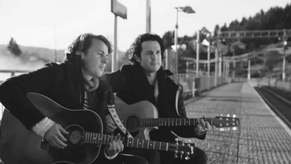 """NY VIDEO: Denne uken slapp Ylvisbrødrene låten og musikkvideoen """"Old Friends"""".  Foto: Skjermdump"""