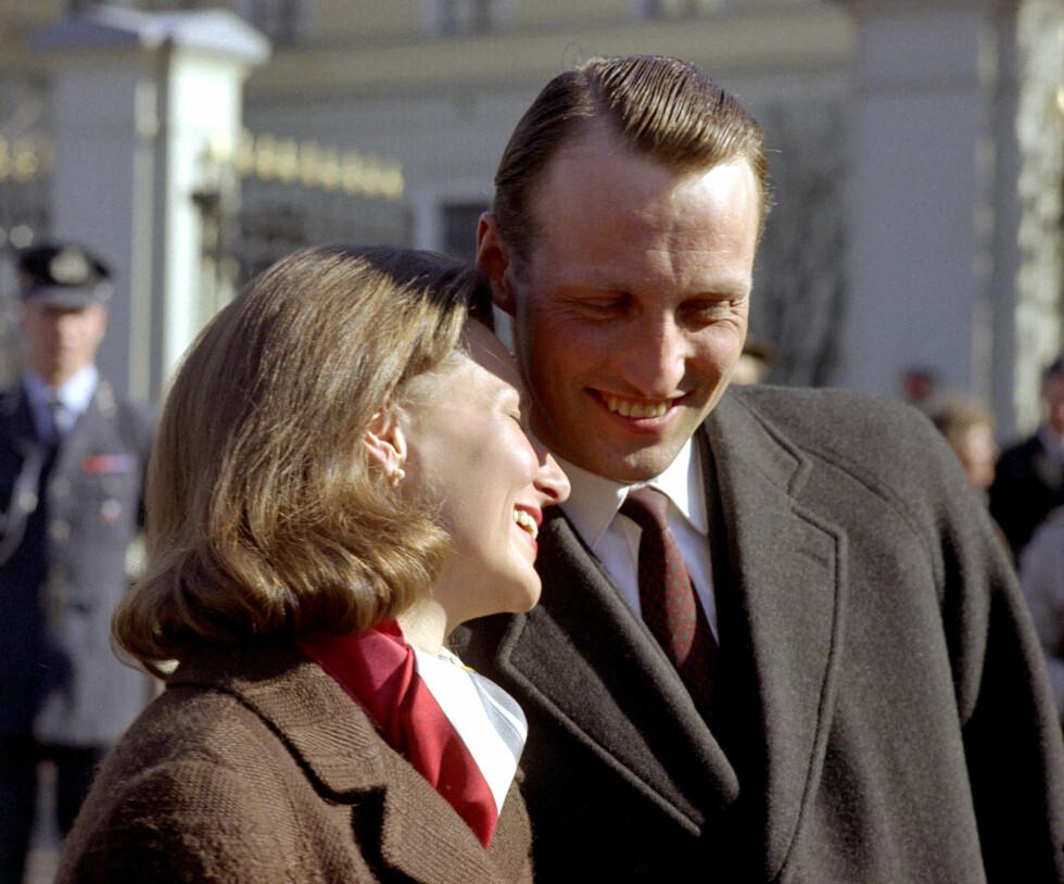 FORLOVELSEN: Kronprins Harald og Sonja Haraldsen annonserer forlovelsen mars 1968. Foto: NTB scanpix