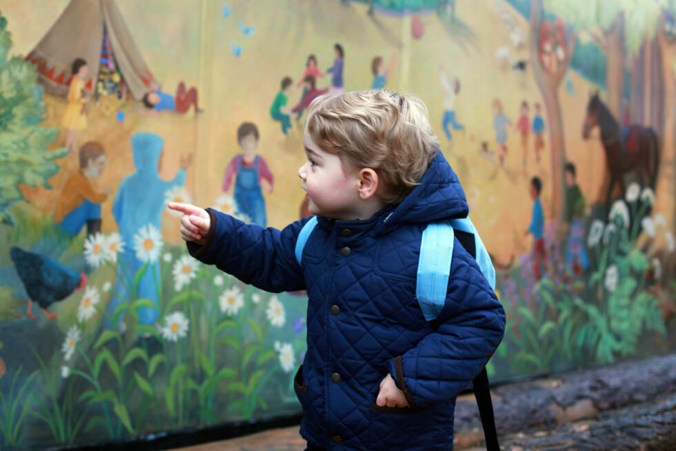NYSGJERRIG: Kunstverket foran skolen vakte interesse for nysgjerrige George. Foto: NTB Scanpix
