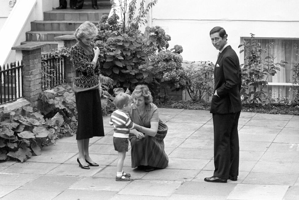 30 ÅR SIDEN: I september 1985 hadde tre år gamle prins William sin første barnehagedag. Her blir han mottat av læreren mens prins Charles og prinsesse Diana følger med. Foto: NTB Scanpix