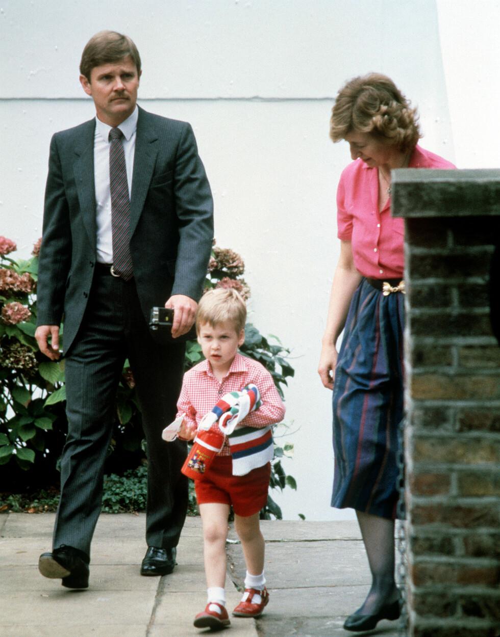Se, SÅ SØT: Lille prins William på vei ut fra barnehagen etter endt dag Foto: NTB Scanpix