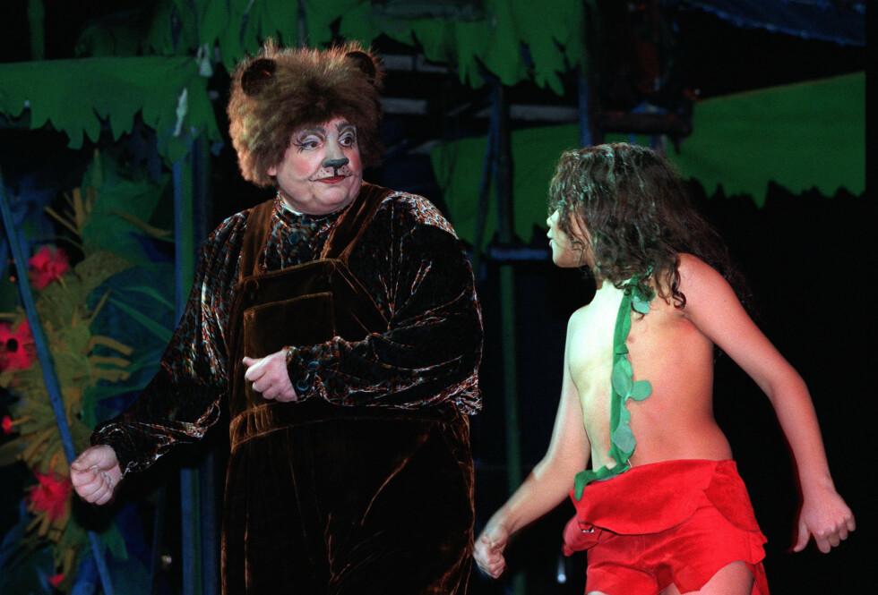PÅ SCENEN: Tom Sterri har flere ganger spilt den godslige bjørnen Baloo i teateroppsetninger av «Jungelboken». Her i en scene med Magnus Ra Thuv Moustache (Mowgli) på Det Norske Teatret i år 2000. Foto: NTB scanpix