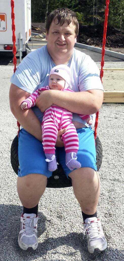 2014: 156 KILO: Sveinung Matre trodde han spiste sundt, men han ble stadig tyngre. Det var ønsket om å ha overskudd til å være pappa for Frida Helen som fikk ham til å melde seg på et Grete Roede-kurs. Foto: PRIVAT/SE OG HØR