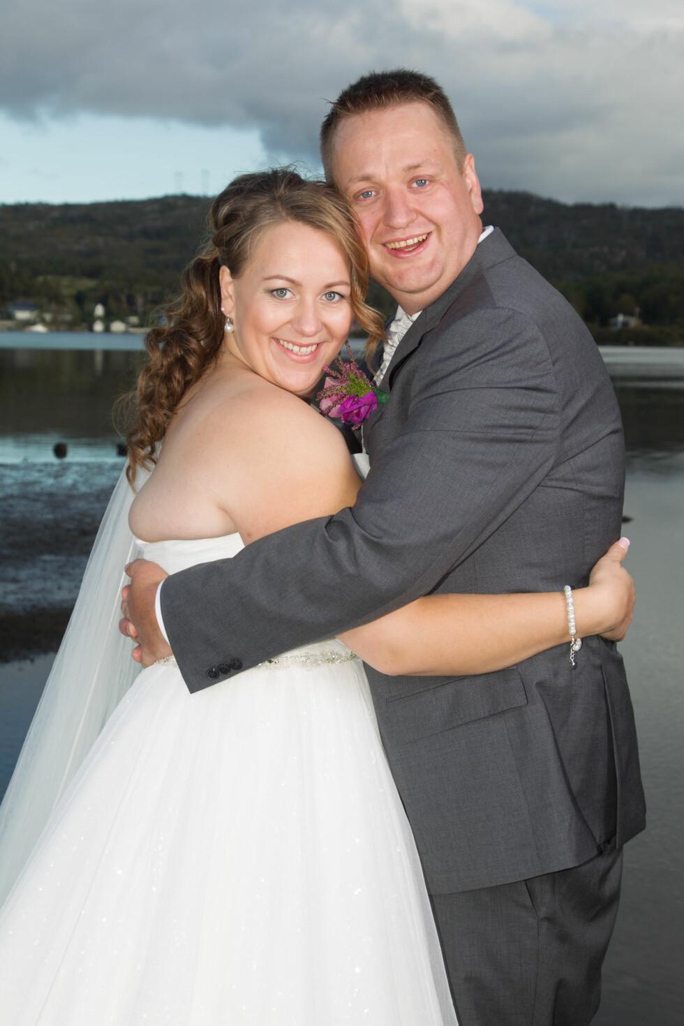 ET LETTERE LIV: - Endelig kan jeg holde rundt mannen min, erter Vibeke. Hun våget ikke kjøpe brudekjolen før rett før bryllupet - i frykt for at den måtte sys inn før den store dagen. Foto: SVEND AAGE MADSEN/SE OG HØR