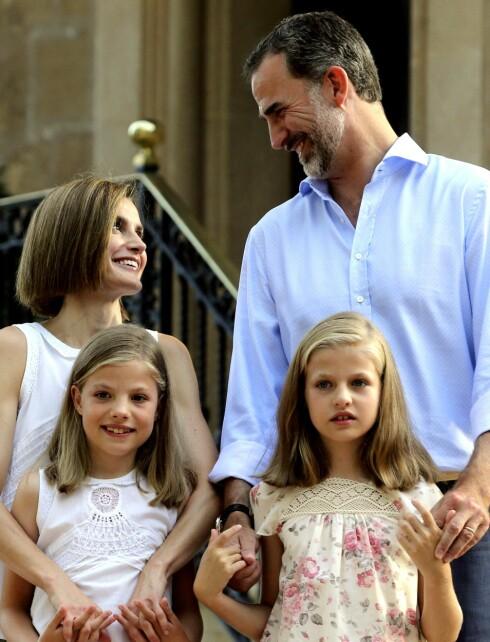 - EN MODERNE FAMILIE: Kong Felipe, dronning Letizia og barna Sofia og Leonor er nå svært populære i Spania. Foto: Epa