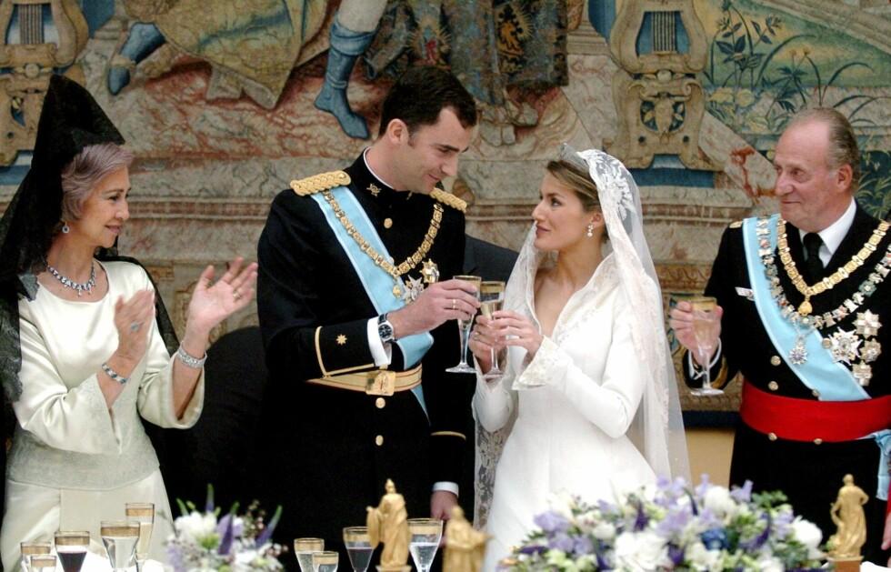 LYKKELIGE UTAD: Da Felipe fikk ja fra Letizia i 2004 så alt ut til å være fryd og gammen i kongefamilien. Men i den nye boka heter det at Juan Carlos rakket ned på sin svigerdatter når hun ikke var til stede.  Foto: Afp