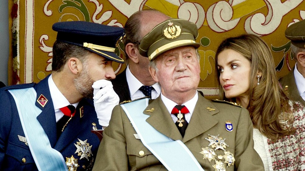 - KJØLIG: I følge en ny bok var Juan Carlos svært skeptisk til Letizias inntreden i kongehuset og mente det kom til å bety slutten på monarkiet. Her er han og svigerdatteren på en militærparade i Madrid. Foto: Afp