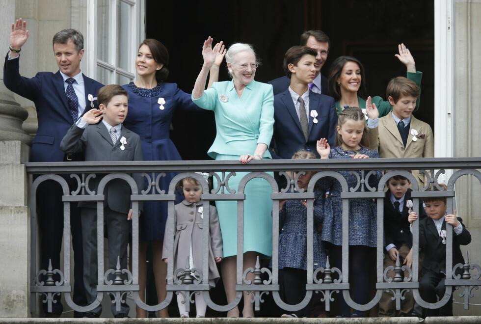 <strong>Da dronning Margrethe fylte 75 år i mai, var det prins GLIMRET MED SITT FRAVÆR:</strong> Henrik som fikk all oppmerksomheten - ved å ikke stille i konas bursdag. Her koser hun seg på balkongen med sine sønner, svigerdøtre og barnebarn.  Foto: NTB scanpix