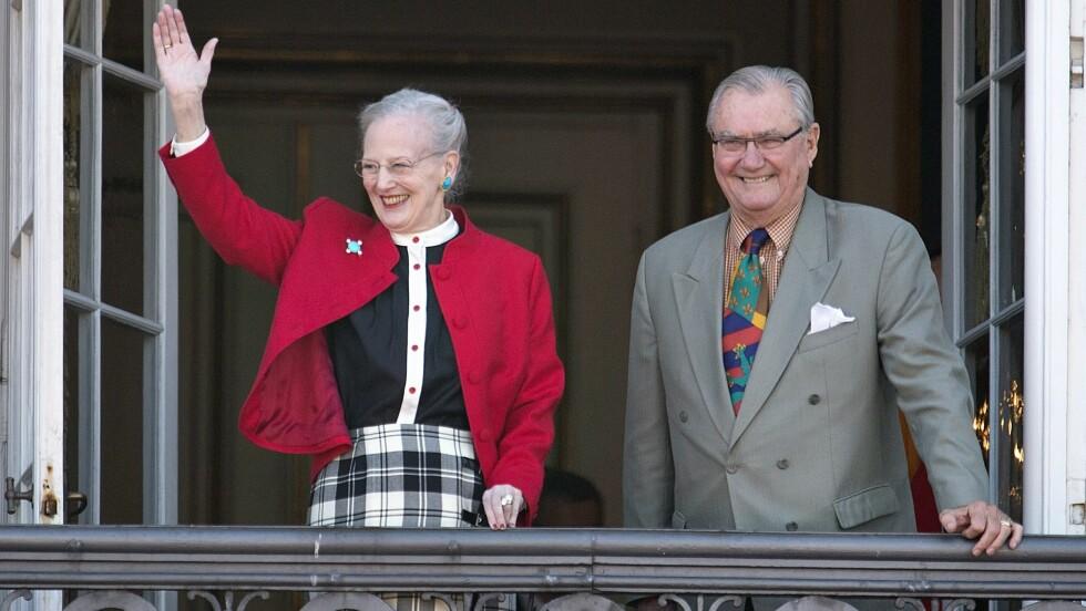 <strong>BLIR PENSJONIST:</strong> Prins Henrik kommer til å bli mindre synlig i fremtiden. Her er han sammen med dronning Margrethe på balkongen til Amalienborg Slott under hennes bursdag for to år siden. Foto: Scanpix Denmark