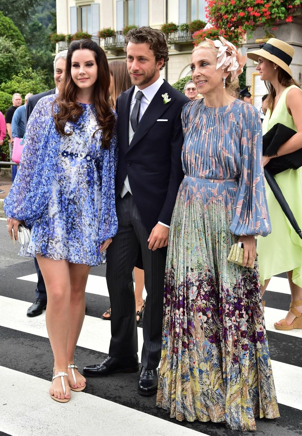 Lana Del Rey, kjæresten Francesco Carrozzini og den italienske journalisten Franca Sozzani Foto: Afp